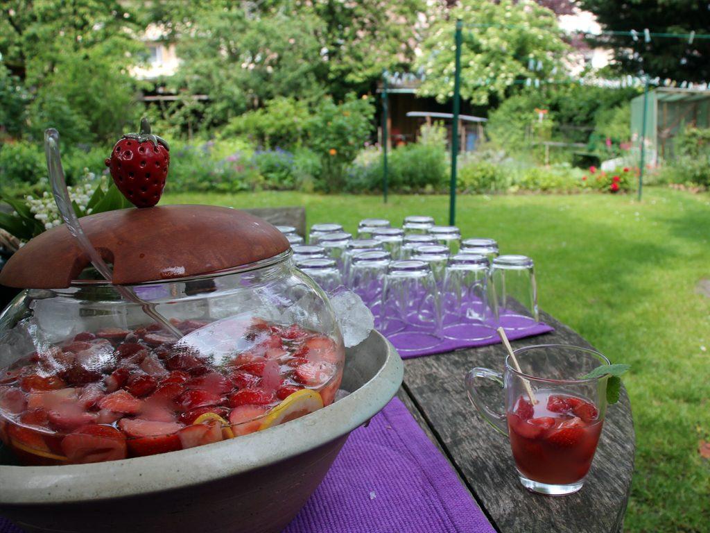 Erdbeer Bowle im Garten