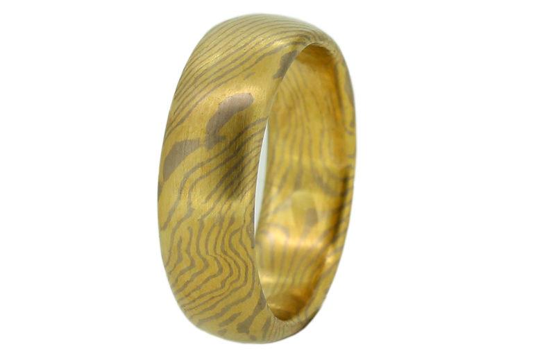 Mokume Gane Ring aus Gelbgold und Weißgold