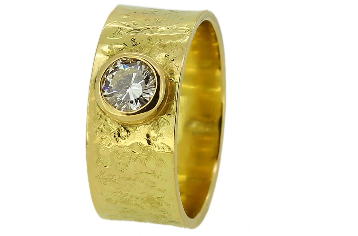 konkaver, breiter Goldring, Oberfläche strukturiert mit Brillant