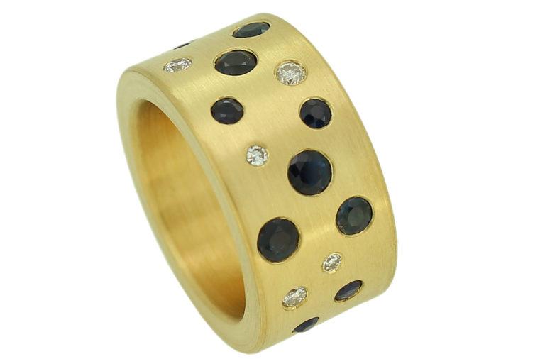 Breiter Bandring aus Gold mit Brillanten und Saphiren