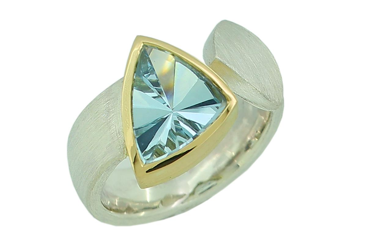 Asymmetrischer Silberring mit Aquamarin in Goldfassung