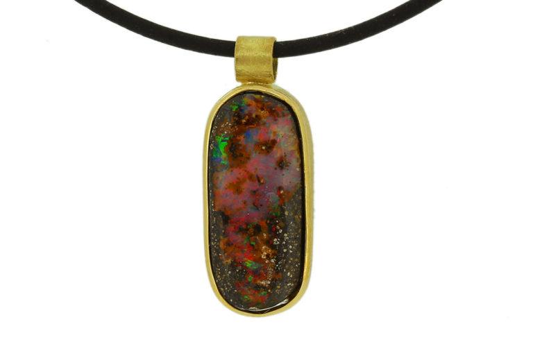 Boulder Opal Anhänger in Goldfassung