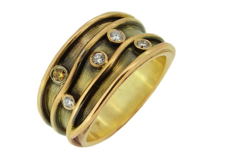 Rosegold Ring mit weißen und gelben Brillanten, teilweise geschwärzt