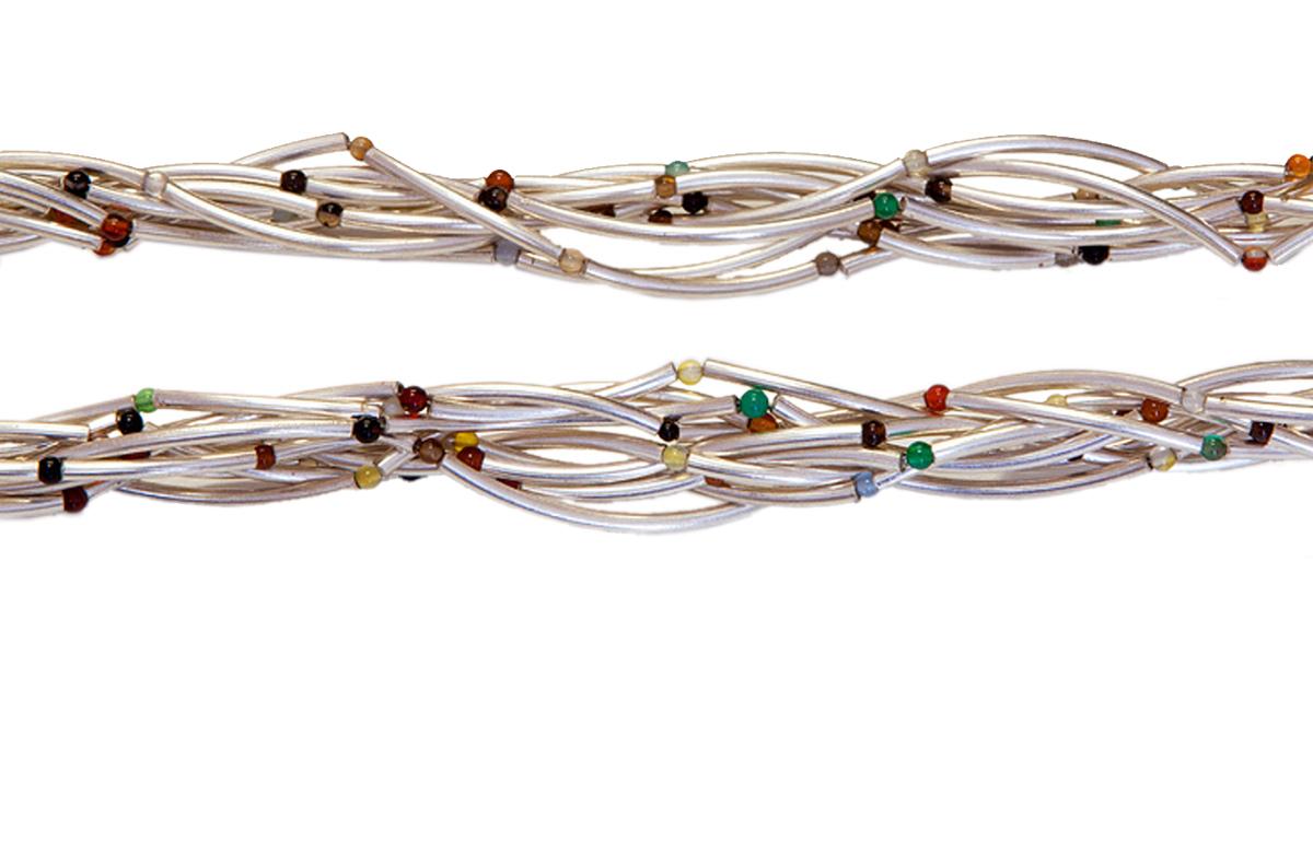 Spaghettikette aus Silberelementen mit bunten Edelsteinen