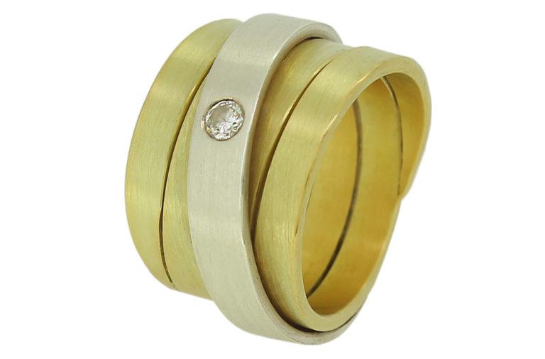 Breiter Gelbgold Ring mit Brillant in Weißgold gefasst