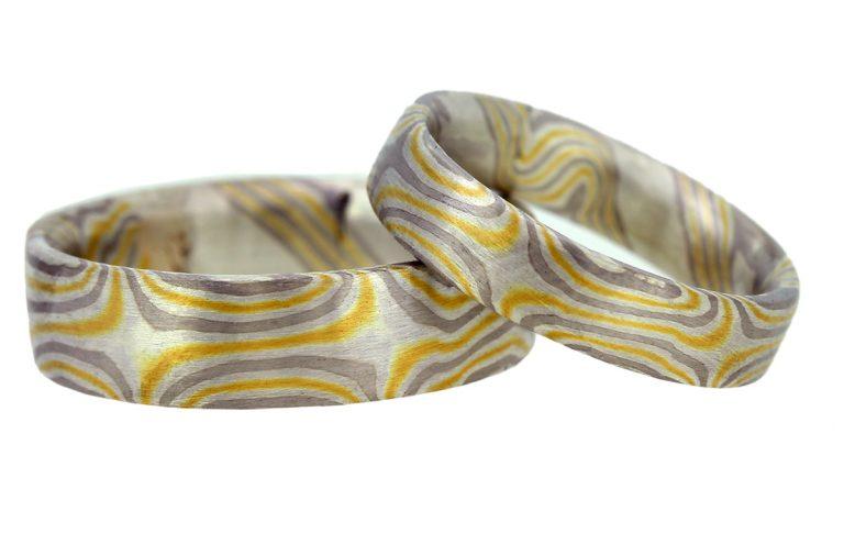 Mokume Gane Eheringe aus Palladium, Gelbgold und Silber