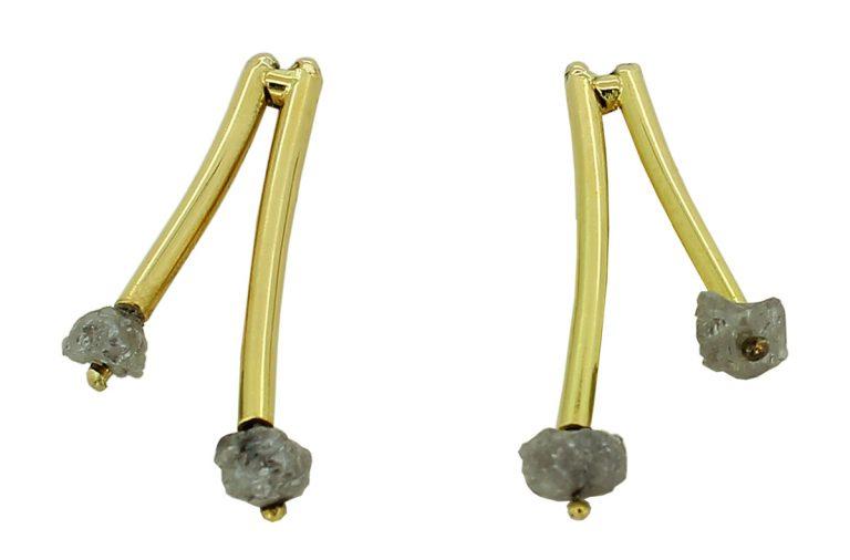 Goldene Ohrstecker mit Rohdiamanten