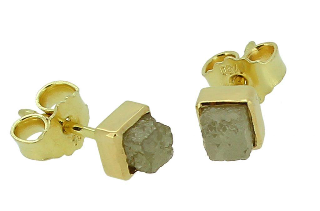 Goldene Ohrstecker mit Rohdiamantenwürfel